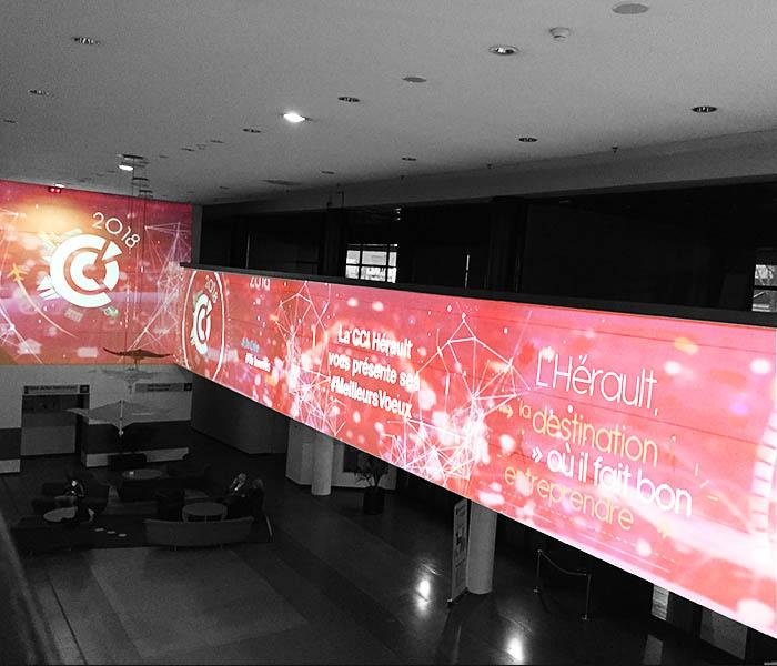 Projection immersive avec décors projetés et animés sur murs au Corum.
