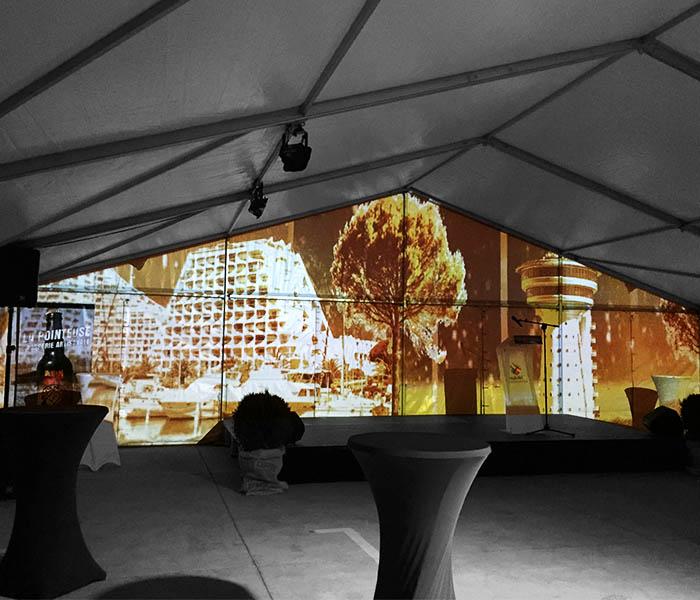 Projection immersive avec décors projetés et animés sur tente.
